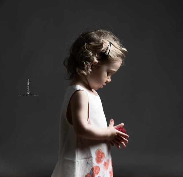Emilie en séance portrait enfant au studio à Toulon.