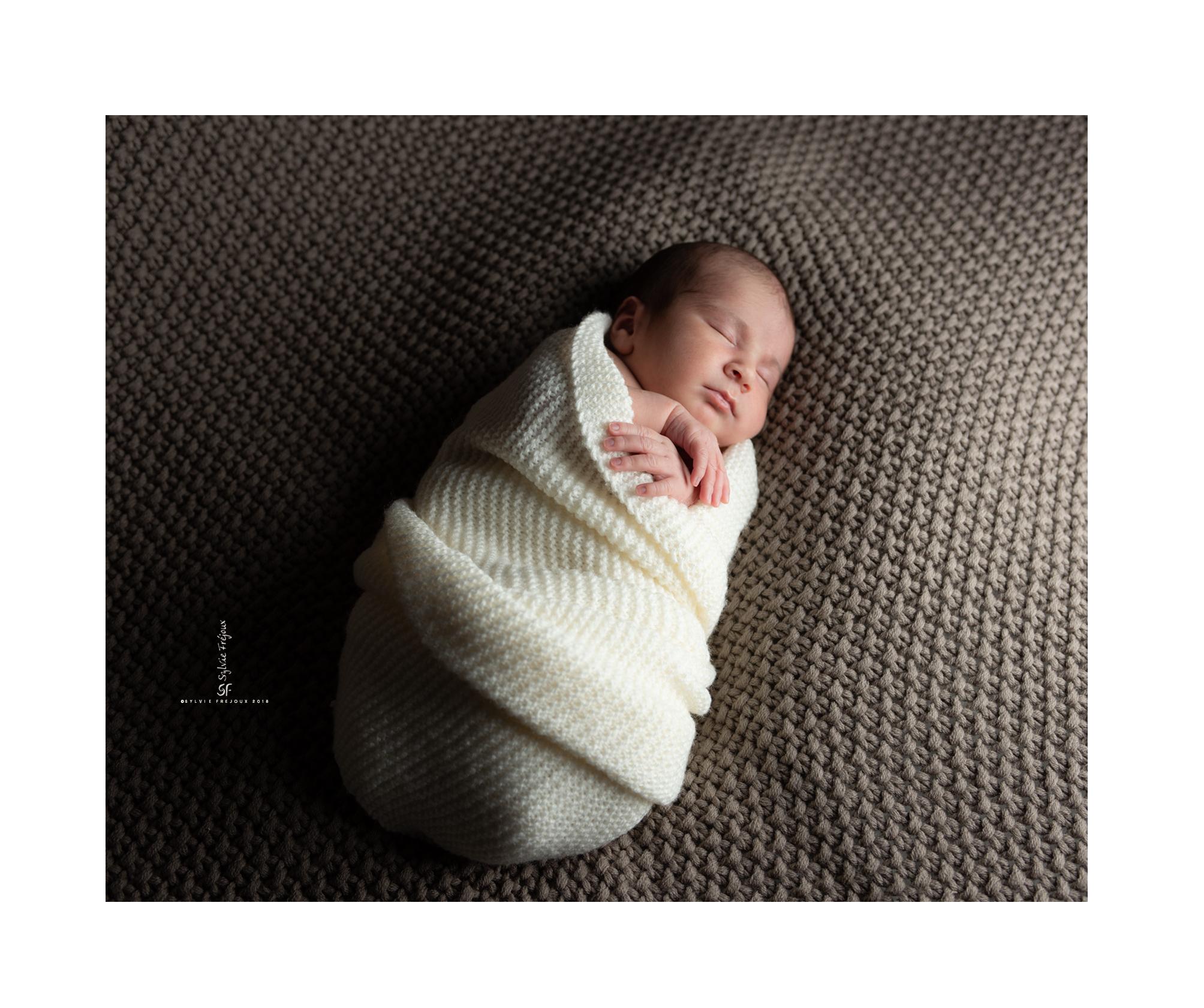 photographe de portrait de bebe et nouveau-ne en famille à toulon